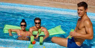 Amigos novos no sorriso da piscina Fotografia de Stock