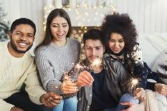 Amigos novos que guardam luzes de bengal fotografia de stock royalty free