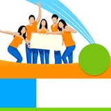 Amigos novos que guardam o cartaz vazio Imagem de Stock