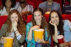 Amigos novos que olham um filme Fotos de Stock