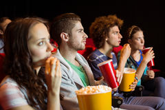 Amigos novos que olham um filme Imagem de Stock Royalty Free
