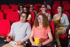 Amigos novos que olham um filme 3d Fotos de Stock Royalty Free