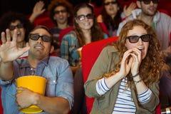 Amigos novos que olham um filme 3d Foto de Stock Royalty Free