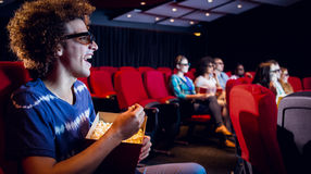 Amigos novos que olham um filme 3d Fotografia de Stock