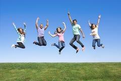 Amigos novos que saltam e que têm o divertimento Fotografia de Stock Royalty Free