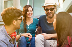 Amigos novos que sentam-se junto Foto de Stock Royalty Free