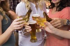Amigos novos que têm uma bebida junto Fotografia de Stock Royalty Free
