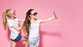 Amigos novos que tomam o selfie fotografia de stock