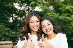 Amigos o adolescentes felices que se divierten al aire libre Fotos de archivo