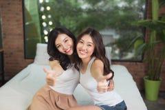 Amigos o adolescentes felices que se divierten en casa Fotos de archivo libres de regalías