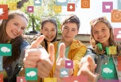 Amigos o estudiantes adolescentes que muestran los pulgares para arriba Foto de archivo libre de regalías