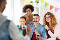 Amigos ou equipe que fotografam no partido de escritório Foto de Stock Royalty Free
