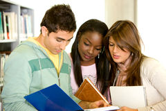 Amigos ou estudantes na biblioteca Imagens de Stock Royalty Free
