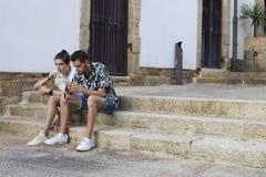 Amigos ou juventude na rua com móbil imagens de stock