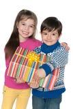 Amigos pequenos com uma caixa de presente Fotos de Stock Royalty Free