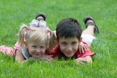Amigos pequenos de sorriso no parque Fotos de Stock