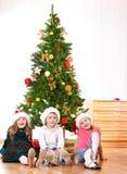 Amigos pequenos em chapéus de Santa Imagem de Stock Royalty Free