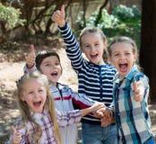 Amigos pequenos felizes no parque da cidade Fotografia de Stock