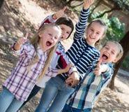 Amigos pequenos felizes no parque da cidade Fotografia de Stock Royalty Free