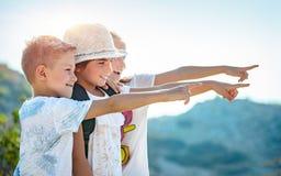 Amigos pequenos felizes que viajam junto Imagem de Stock
