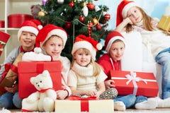Amigos por el árbol de navidad Fotos de archivo