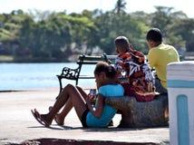 Amigos por el mar Fotos de archivo libres de regalías