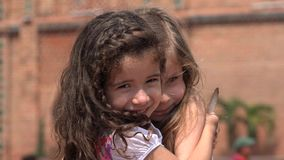 Amigos que abrazan niños y a muchachas almacen de metraje de vídeo