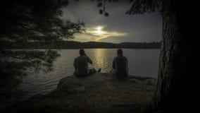Amigos que acampan Fotos de archivo libres de regalías