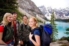 Amigos que acampan en montañas imagenes de archivo