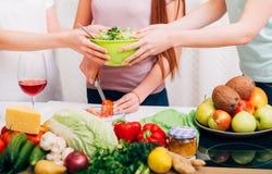 Amigos que adietan junto el hábito alimentario sano imagen de archivo