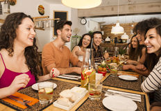 Amigos que almuerzan en el restaurante Fotografía de archivo