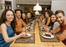 Amigos que almuerzan en el restaurante Imagenes de archivo
