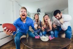 Amigos que animan a la liga del deporte junto foto de archivo libre de regalías
