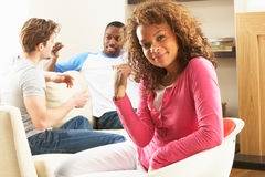 Amigos que apreciam a conversa junto em casa Foto de Stock Royalty Free