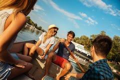 Amigos que apreciam em um barco imagens de stock