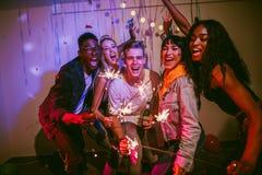 Amigos que apreciam em uma festa em casa fotografia de stock royalty free
