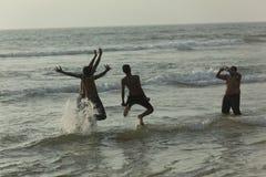 Amigos que apreciam a fotografia na praia de Panambar, outubro 02,2011, Mangalore, Karnataka, Índia Foto de Stock Royalty Free