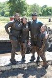 Amigos que apreciam uma corrida local da lama Fotografia de Stock