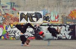 Amigos que bailan breakdance en la calle Fotografía de archivo libre de regalías