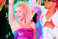 Amigos que bailan en club o disco Fotografía de archivo