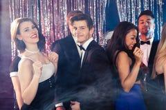 Amigos que bailan en el club nocturno Imagen de archivo