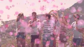 Amigos que bailan en las montañas rodeadas por las burbujas del pimk