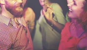 Amigos que bailan en un partido del verano imagen de archivo libre de regalías