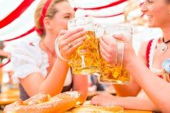 Amigos que bebem a cerveja bávara em Oktoberfest Imagens de Stock Royalty Free