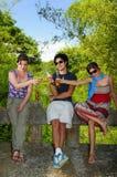 Amigos que beben al aire libre Fotografía de archivo libre de regalías