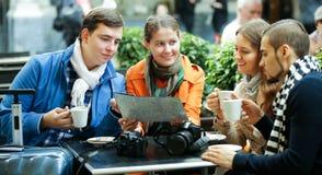 Amigos que beben el café al aire libre Fotografía de archivo