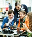 Amigos que beben el café al aire libre Foto de archivo libre de regalías