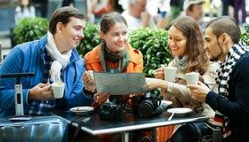 Amigos que beben el café al aire libre Imagen de archivo