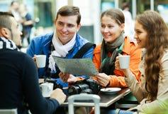 Amigos que beben el café al aire libre Imagen de archivo libre de regalías