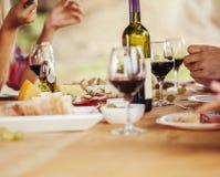 Amigos que beben el vino imagen de archivo
